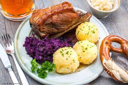 """A época mais fria do ano, na Baviera, pede pratos mais substanciosos, como o """"Schäufele"""" (ombro de porco assado), com """"Knödel"""" (bolinhos que podem ser de batata ou pão), e repolho roxo. Tudo acompanhado, naturalmente, de uma boa cerveja bávara."""