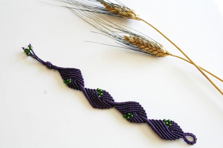 Bracciale a macramè viola a rombi con perline verdi : Braccialetti di macrameow