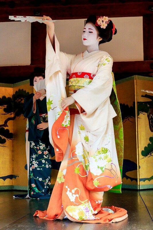Maiko. Katsuna. Japanese traditional dance. #japan #kyoto #geisha #geiko #maiko #kimono