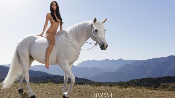 Δεν υπάρχει αμφιβολία. Πρόκειται για τη φωτογράφιση της χρονιάς. Η Εμιλι Ρατακόβσκι γυμνή πάνω σε άλογο.