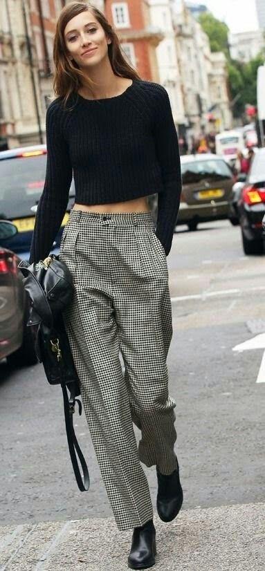 Cette blogueuse de mode  dans la rue et très chic dans sa tenue de s année 90 simple très chic bravo ♥♥♥