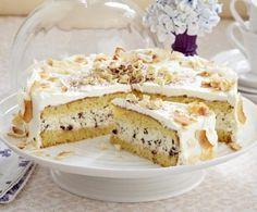 Bounty®-Torte Rezept: Form,Butter/Margarine,Zucker,Vanillinzucker,Salz,Eier,Mehl,Backpulver,Schlagsahne,Zartbitterschokolade,Sahnefestiger,Kokosraspel,Kokoschips,Schokolade,Bestäuben