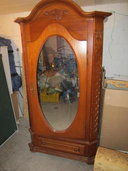 Bauernschrank massiv aus Holz mit Spiegel .Die Abmessungen sind 1,95 x 95 x 50Der Schrank muß aufgearbeitet werdenBei Fragen bitte nur Anrufen 0162/6859817 ( D2 )