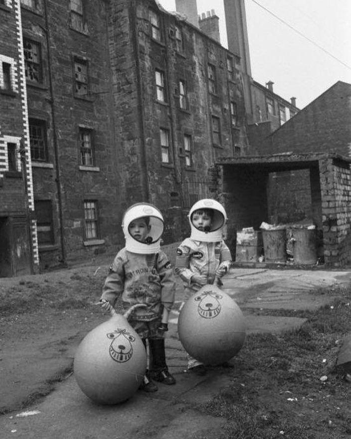 Мальчики играют в астронавтов. Глазго, 1970 #история #фото #дилетант #space #diletant #diletant_media #photo #history #1970s