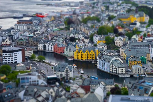 Ålesund a brincar  Ålesund é uma pequena cidade norueguesa famosa pela sua grande concentração de casas com arquitetura Art Nouveau. Infelizmente estava um frio de rachar e não deu para deambular pelas ruas tudo o que era desejável.
