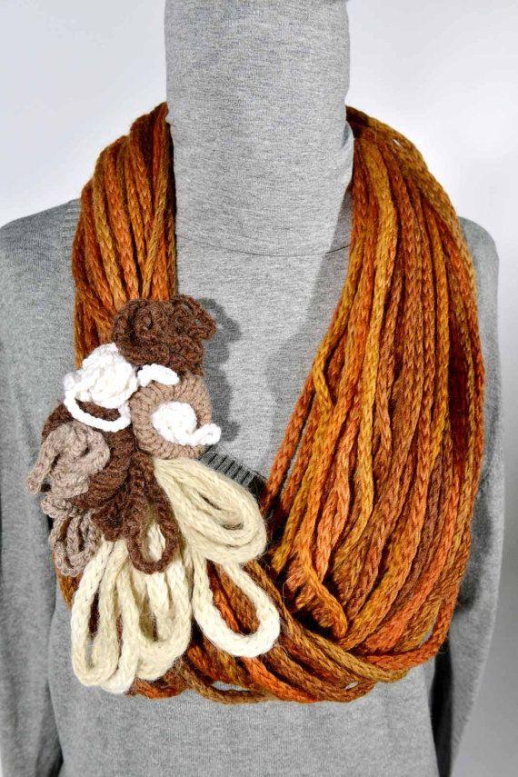 Collana in lana con fiori all'uncinetto e ferri  Wool di woolalla, €25.00