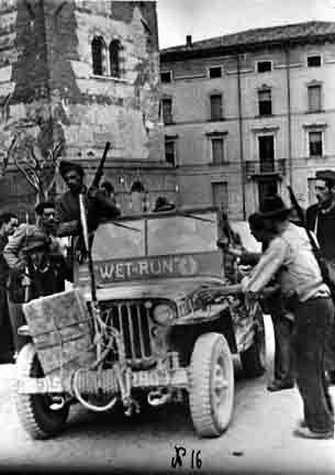 WWII La Resistenza a Verona - da sud la prima jeep dell'esercito americano entra in paese e passa davanti alla vecchia torre-campanile (poi crollato nel 1977) di Valeggio. -  25 aprile 1945.