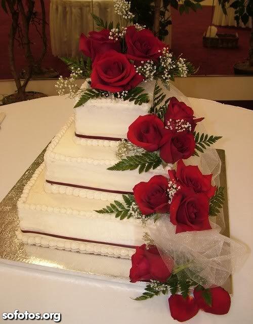Bolo de casamento quadrado com rosas vermelhas                                                                                                                                                                                 Mais