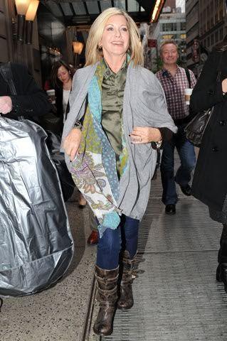 Olivia Newton John 67 anniSembra ancora una ragazzina dei tempi di Grease, in jeans, camicia e stivali arriva a  Good Morning America  in Times Square. Guarda Quando la star si improvvisa chef. Foto-gallery e immagini
