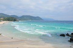 静岡県南伊豆町にある弓ヶ浜は静岡県内でも人気の海水浴場ですね 両側を岬に挟まれているので並みがとっても穏やか カップルからファミリー層まで幅広い層に人気の海水浴場です 綺麗な海を眺めながらの乗馬をすることができるのでぜひ体験してみてくださいね tags[静岡県]