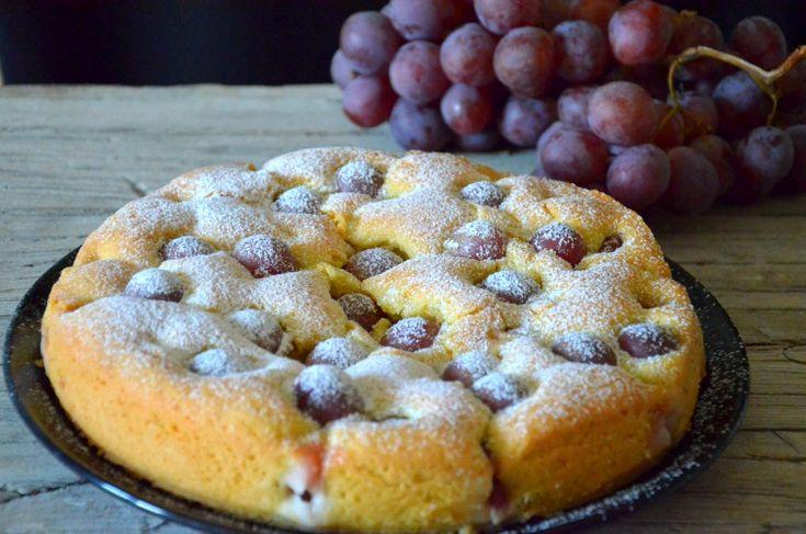 La Torta all'uva è un dolce autunnale sano e delizioso, semplice e velocissimo da preparare e da gustare in ogni momento della giornata.