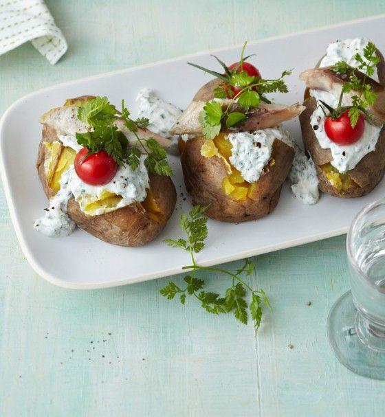 Ofenkartoffeln mit Frankfurter Quark und Räucherfisch/// Fein gehackte frische Kräuter in cremigem Quark, dazu geräucherte Makrele und Tomaten. So macht die Ofenkartoffel richtig was her.