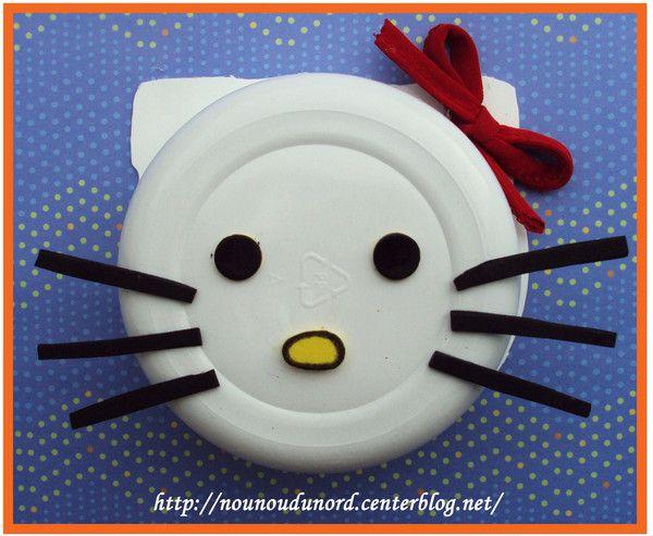 Hello kitty avec un plat de <a class=