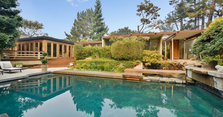This 1962 home in Portola Valley, in San Mateo County, California, embraces the glory of its surroundings by way of glazed walls, clerestory windows, and a number of outdoor features.