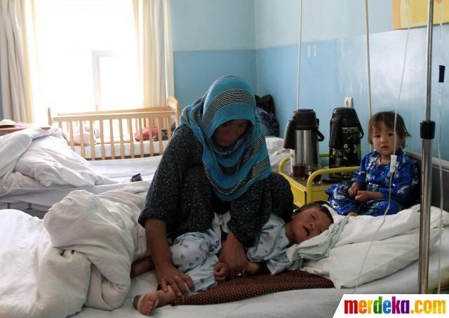 Seorang wanita Afghanistan memeluk anaknya di rumah sakit Cure Internasional di Kabul.