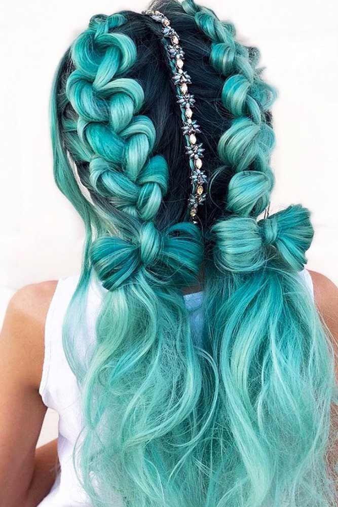 Meerjungfrau-Stil mit blauen doppelten Zöpfen