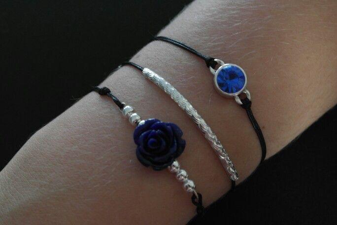 Armbanden met zwart waxkoord, zilverkleurige accessoires met een blauw accent en een altijd passende sluiting.