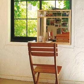 しっかりとした棚のように作られたミラー。棚板部分にコスメや雑貨を置けます。