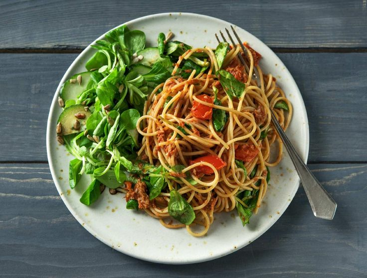 Spaghetti met tonijn, tomatensaus en frisse salade Recept | HelloFresh