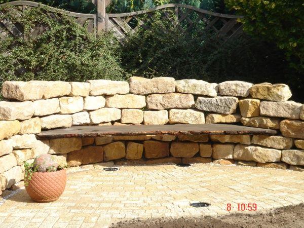 Natursteinmauer mit Bank                                                                                                                                                     Mehr