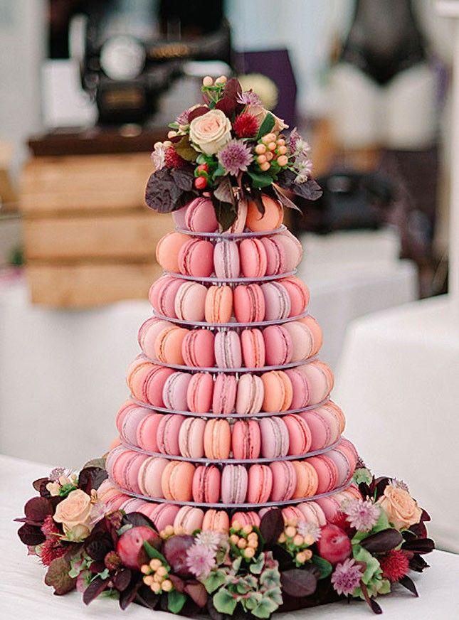 Van brownies tot soesjes, deze nieuwe bruidstaarten zijn vast en zeker kanshebbers voor je trouwerij.  1. Macarontaart. We weten het, het is natuu...
