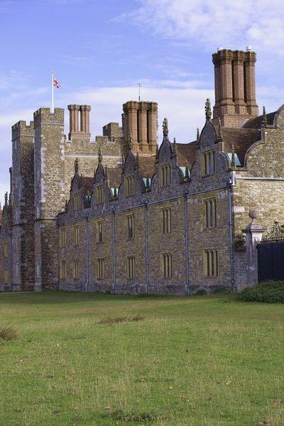 Knole House.Король Генрих VIII отобрал поместье у Томаса Кранмера, а в 1566 его владельцем стал двоюрод.брат Анны Болейн-Томас Сэквилл,потомки к-рого носили в XVI-XIXвв титулы графов и герцогов Дорсет.Среди них была и писательница Вита Сэквилл-Уэст (1892-1962),известная св.романтич. отношениями с Вирджинией Вулф.