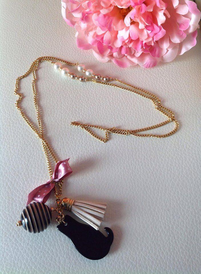 Collana con catena dorata e perle,fiocco color rosa antico con pois bianchi.Gatto colore nero con gomitolo a strisce bianche e nere,nappina color beige chiaro.
