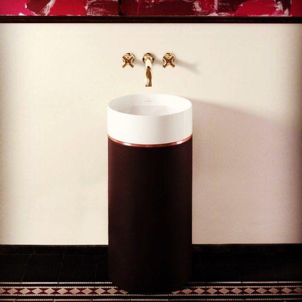 Компания Villeroy & Boch представила оригинальную раковину и ванну с орнаментами. Раковина Octagon, располагающаяся на опоре-колонне, имеет необычайную чашу с фасетами, благодаря которым она напоминает ограненный камень.  #Villeroy, #Boch, #ванны, #ванна, #раковины, #раковина, #сантехника, #сантехника_тут, #сантехника_онлайн, #купить_сантехнику_онлайн, #магазин_сантехники, #сантехника_вивон, #вивон, #vivon.