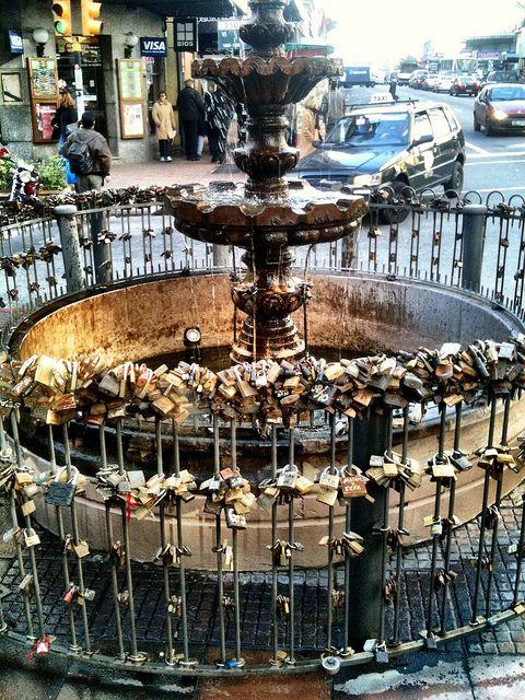 La fuente de los candados,ubicada en el centro de Montevideo , justamente en la esquina de la Avda 18 de Julio y Yí- Uruguay