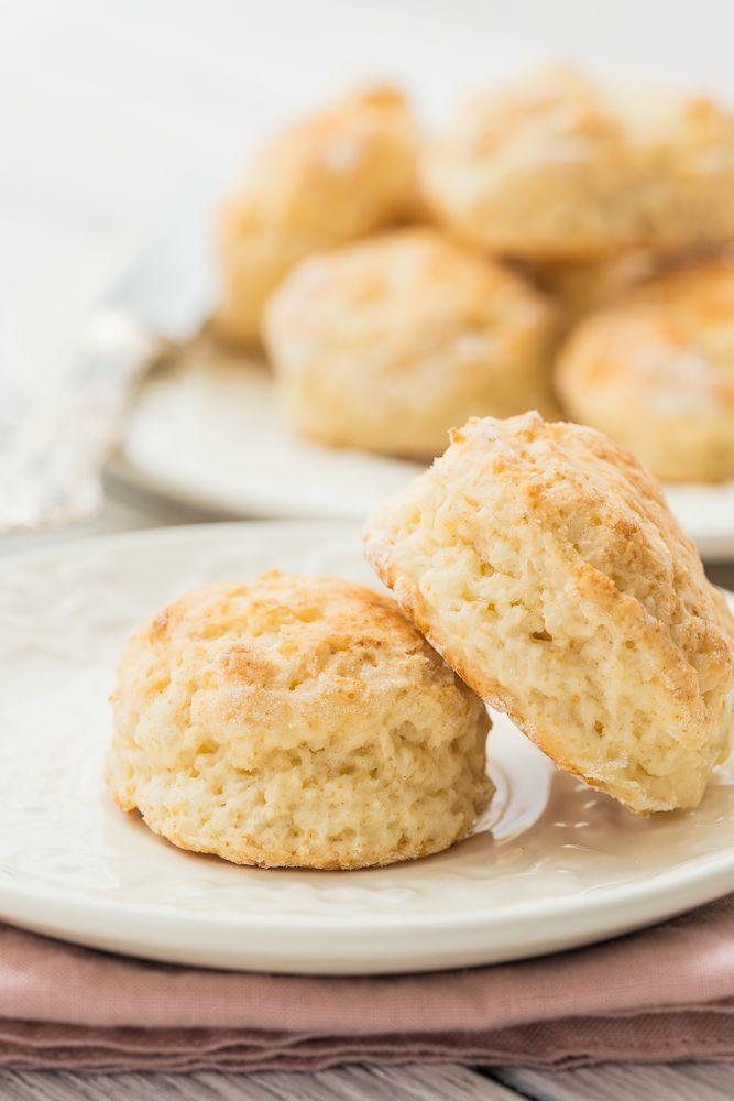 Einfache Scones mit Buttermilch - eine tolle Alternative zu den klassischen Sonntagsbrötchen. Schnell gemacht und schmecken sowohl süß als auch herzhaft kombiniert.