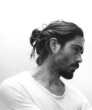 Este coque masculino desarrumado. | 19 homens que vão fazer você esquecer os caras de cabelo curto