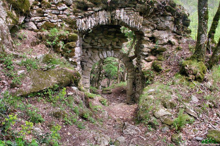 Roquefort-sur-le-Sor (Les Cammazes), Tarn, FranceLe premier hommage pour Roquefort remonte un peu après l'an Mil. Il s'agissait d'un refuge pour les cathares des pays du Tarn à l'arrivée des croisés en 1209. A cette époque, l'évêque catholique de Carcassonne est de la famille seigneuriale de ce château, elle-même en majorité cathare. Apparemment, aucune opération militaire contre le castrum n'est mentionnée pendant le XIIIième siècle bien que Simon de Montfort soit passé à Sorèze en avril…