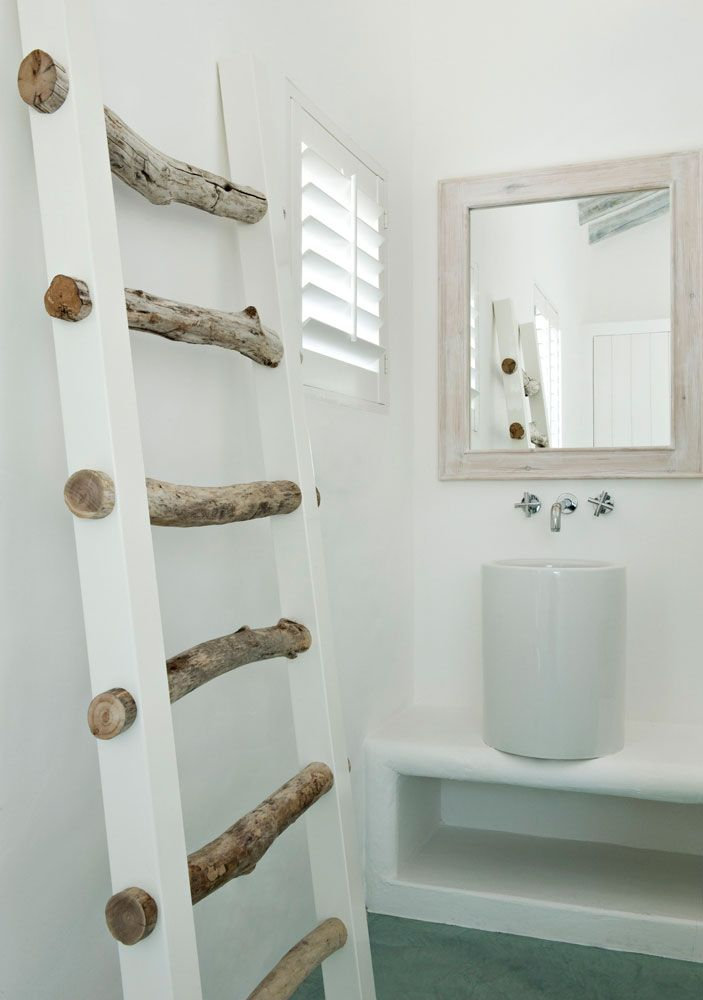 baño, vivienda rehabilitada, mueble de obra, lavabo cilíndrico de diseño, espejo con marco madera decapada, suelo microcemento