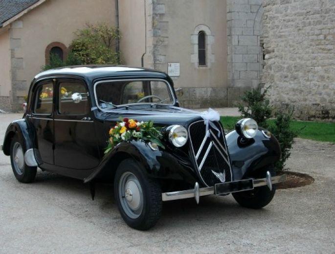 Top chic la voiture des mariés ! - Source : Location Rétro Mariage