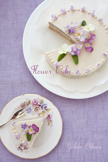 Edible flower cake - so pretty, so simple. Think i would use a lavender & poppy seed sponge with lemon frosting