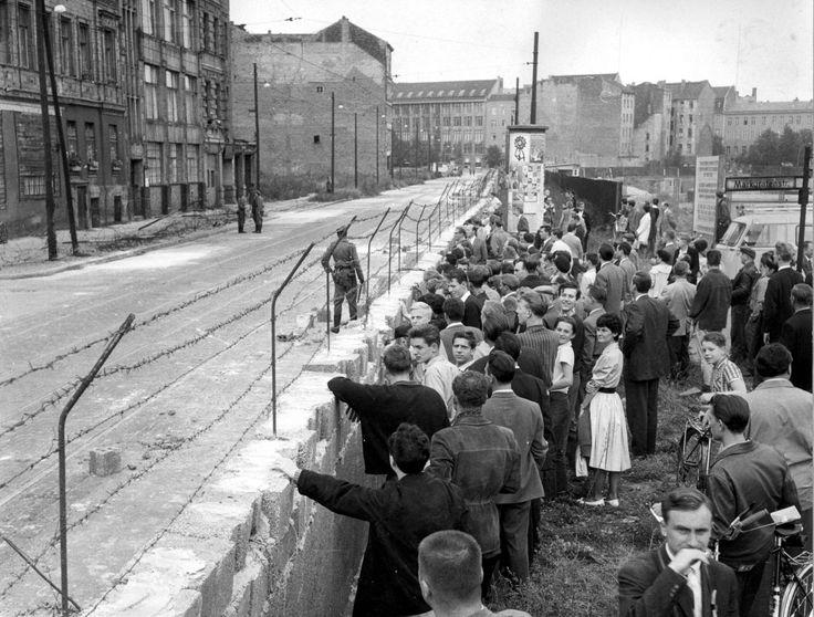 Hace 26 años, millones de ciudadanos de Berlín se reunieron para celebrar la posibilidad de transitar libremente a través de una ciudad y un país que fue dividido por  un gran muro que separó familias y amigos por varias décadas. La caída del Muro de más de 155 kilómetros fue también un factor esencial en el fin de la Guerra Fría, aquel momento de la historia en el que el mundo fue dividido bajo en dos bandos: el oriental comunista liderado por la ex Unión Soviética y el occidental…