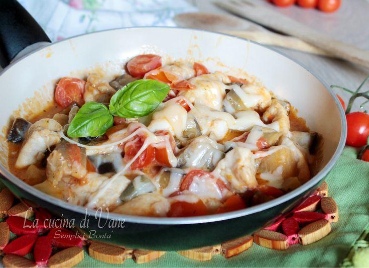 POLLO IN PADELLA CON POMODORINI MELANZANE E SCAMORZA ricetta semplice e veloce da fare con il pollo, cucinato così per un secondo ricco gustoso e succulento