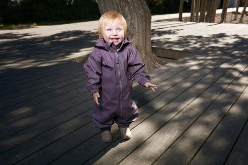 Adatta ad essere utilizzata per giocare sotto alla pioggia, per divertirsi a saltare nelle pozzanghere senza la preoccupazione di bagnarsi. Il materiale con [...]
