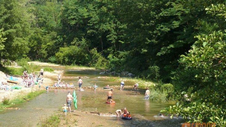 Camping Les Falquets is een kleine, rustige comfortabel familiecamping aan een rivier in de Drôme vlakbij de Vercors en het dorp Charmes-sur-l'Herbasse.