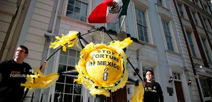AI protesta en embajada de México en Londres en marco de visita de EPN http://pulsoslp.com.mx/2015/03/02/ai-protesta-en-embajada-de-mexico-en-londres-en-marco-de-visita-de-epn/…