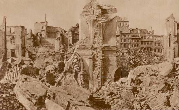 Ruiny Rynku Starego Miasta w Warszawie, oglądane poprzez szczątki murów Katedry Św. Jana. Niemcy burzyli polskie domy bombardując je lub wysadzając w powietrze za pomocą ładunków wybuchowych. Stan na koniec II wojny światowej