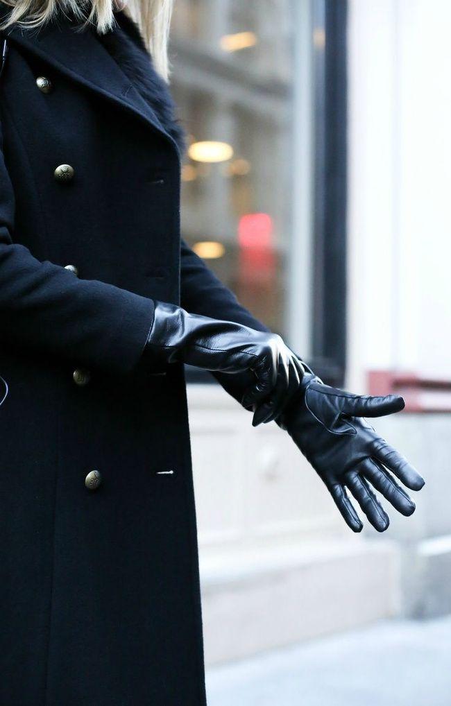 Rien de tel qu'une paire de gants en cuir noir pour chiciser un pardessus bleu marine