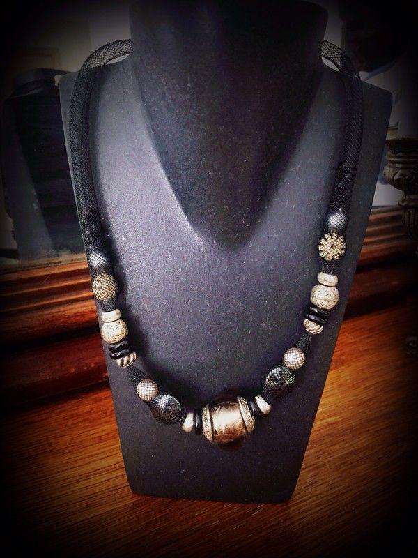 collier perle noir couleur changeante  ! Taille   à seulement 10.00 €. Par ici : http://www.vinted.fr/accessoires/colliers/29403973-collier-perle-noir-couleur-changeante.