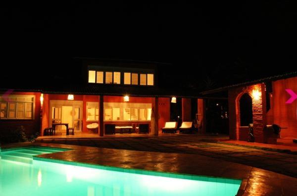 Taiba-CE: Aluguel de temporada Casa de cinco quartos, quatro banheiros, acomoda dez pessoas, piscina privada, próximo ao mar e à cidade.