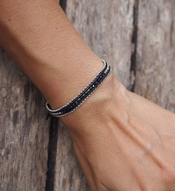 Kleine zwarte mix één Wrap armband op zwarte koord met laag armband, gerolde armband, ketting, vriendschap armband