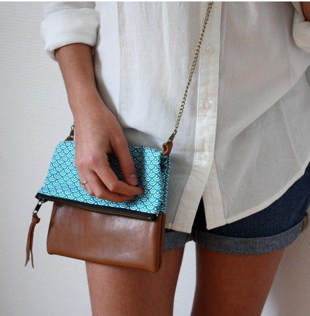Short en jean brut, chemise loose en lin blanche et sac à chaîne.  On aime le tissu bleu canard associé au cuir Camel .  Modèle : Sac céleste