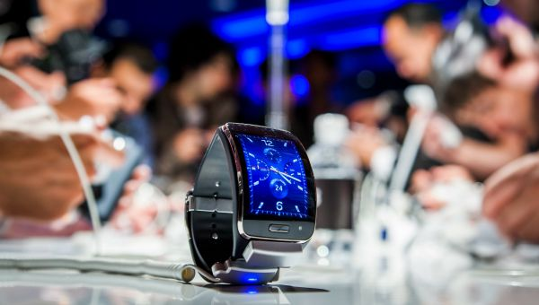 Relojes inteligentes y ordenadores copan el interés este año en el salón electrónico IFA en Berlín   'Smartwatches' (relojes inteligentes) y ordenadores copan el interés este año en el salón electrónico IFA en Berlín con nuevos diseños para los primeros y nuevas funciones para los segundos.  El IFA abierto al público del 4 al 9 de septiembre espera acoger a más de 240.000 visitantes lo que lo convierte de hecho en el mayor salón mundial de tecnologías para el gran público por delante del CES…