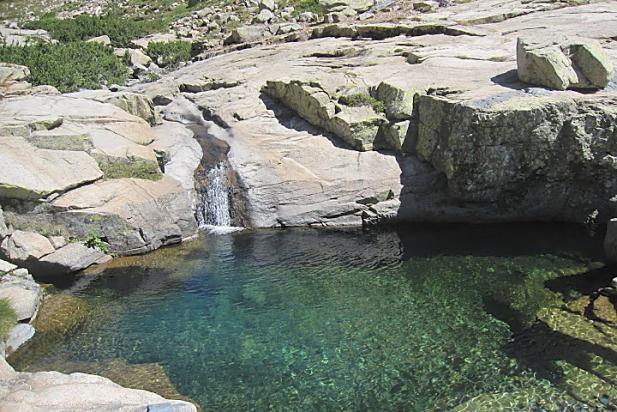 Corsica - Fleuves et Rivières Corse - Le Golo (Golu) est le plus grand fleuve de Corse. Il se jette dans la mer Tyrrhénienne. Ce fleuve côtier prend naissance au sud de la Paglia Orba (2 525 m), à 200 m au sud du Capu Tafunatu (2 335 m) à 1 991 mètres d'altitude, sur la commune d'Albertacce. Il parcourt 89,6 km1 pour finir sa course dans la mer Tyrrhénienne, au sud de l'étang de Biguglia en plaine de Lucciana longeant le site de Mariana.