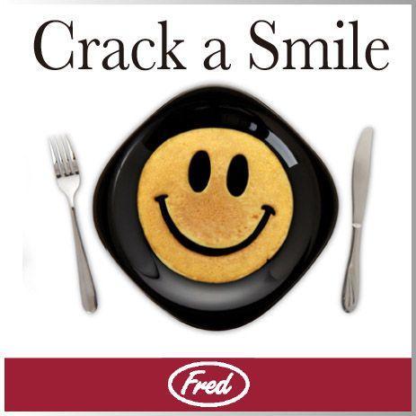 パンケーキ ホットケーキ プレート スマイル ブレックファースト モールド 【 FRED / フレッド 】 CRACK A SMILE Breakfast mold おもしろ キッチン シリコン 雑貨 スマイル マーク パン ケーキ 型 皿 かわいい 人気 笑顔 ★文房具、デザイン雑貨のWakuWaku 代官山|ROOM - my favorites, my shop 好きなモノを集めてお店を作る