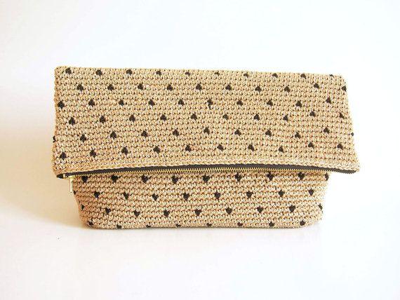 Crochet padrão para embreagem de bolinhas.  Você vai fazer crochê em uma peça, na rodada.  Técnica de crochê tapeçaria, duas cores desenvolvidas por toda parte.